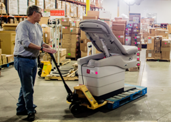 Resilient Supply Chain - Warehouse worker a